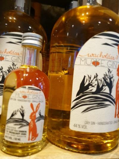 Ginflasche mit Hasen auf rheinischer Möhre